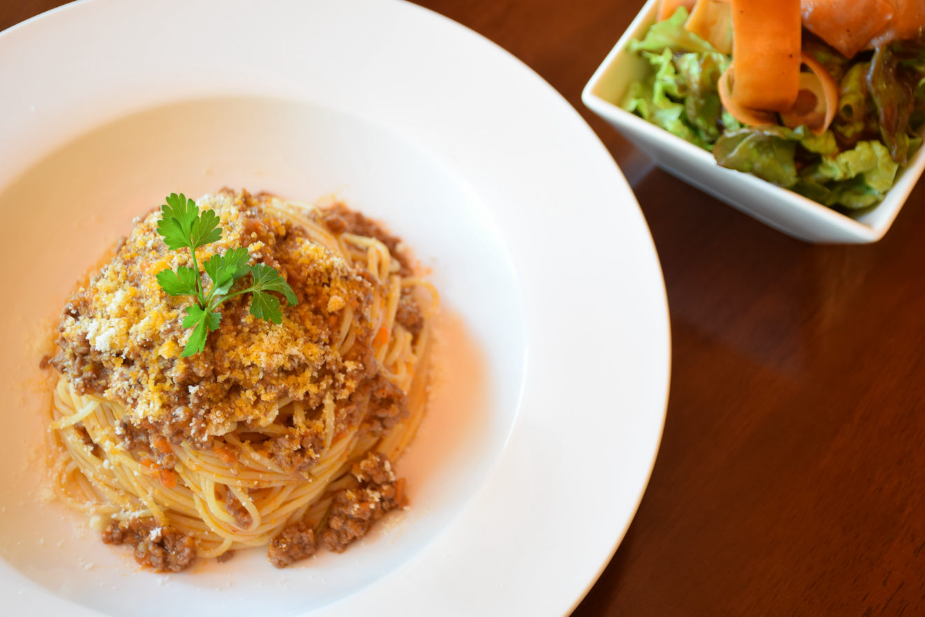BOLOGNESE WITH HOMEMADE SAUCE AND SIDE SALAD(いわき市平のコーヒーと紅茶・ランチとケーキのノルウェーカフェです)
